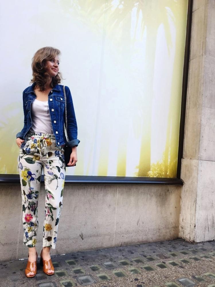 veste en jean et pantalon a fleurs